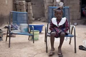 Flicka på stol som väntar UNHCR
